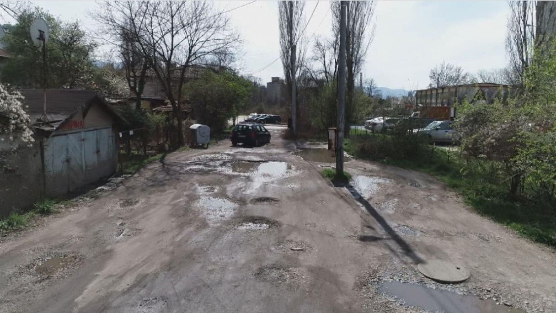 """""""Зелена зона"""" на улица без асфалт: Как се взимат пари за паркиране, а настилка - няма"""