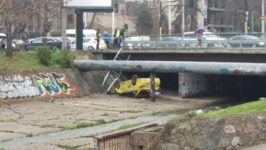 Такси падна по таван в канала на Владайската река