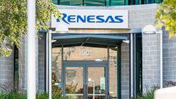 Водещият производител на чипове Renesas пуска отново опожарения си завод