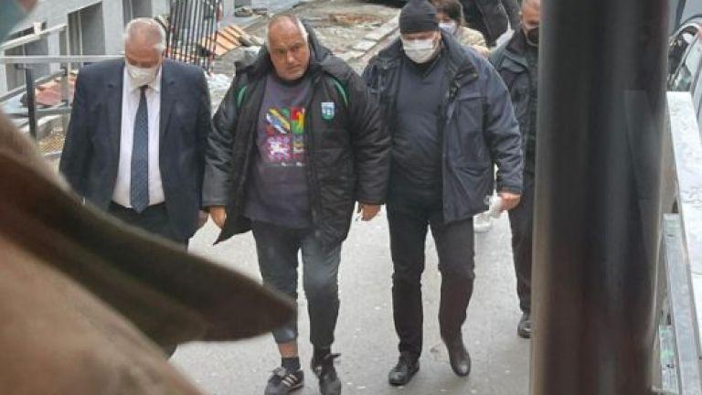 Папарашки снимки на Бойко Борисов, който слиза от служебната си