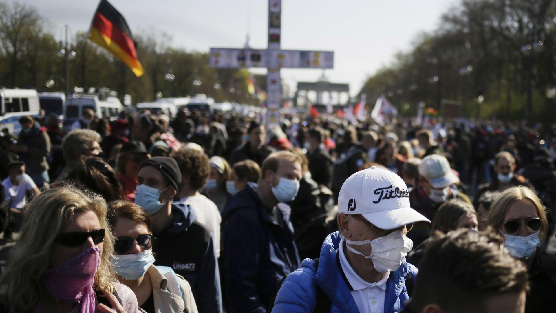 Хиляди излязоха на протест срещу закон за антиковидния локдаун в Германия (снимки)