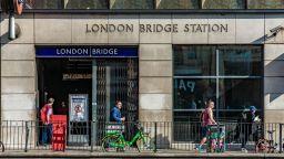 Евакуираха метростанция в центъра на Лондон заради съмнителен предмет (снимки/видео)