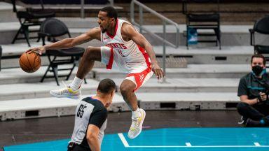 Разбиха лицето на баскетболист от НБА пред стриптийз клуб