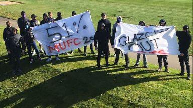 Феновете на Манчестър Юнайтед блокираха базата и искат оставки