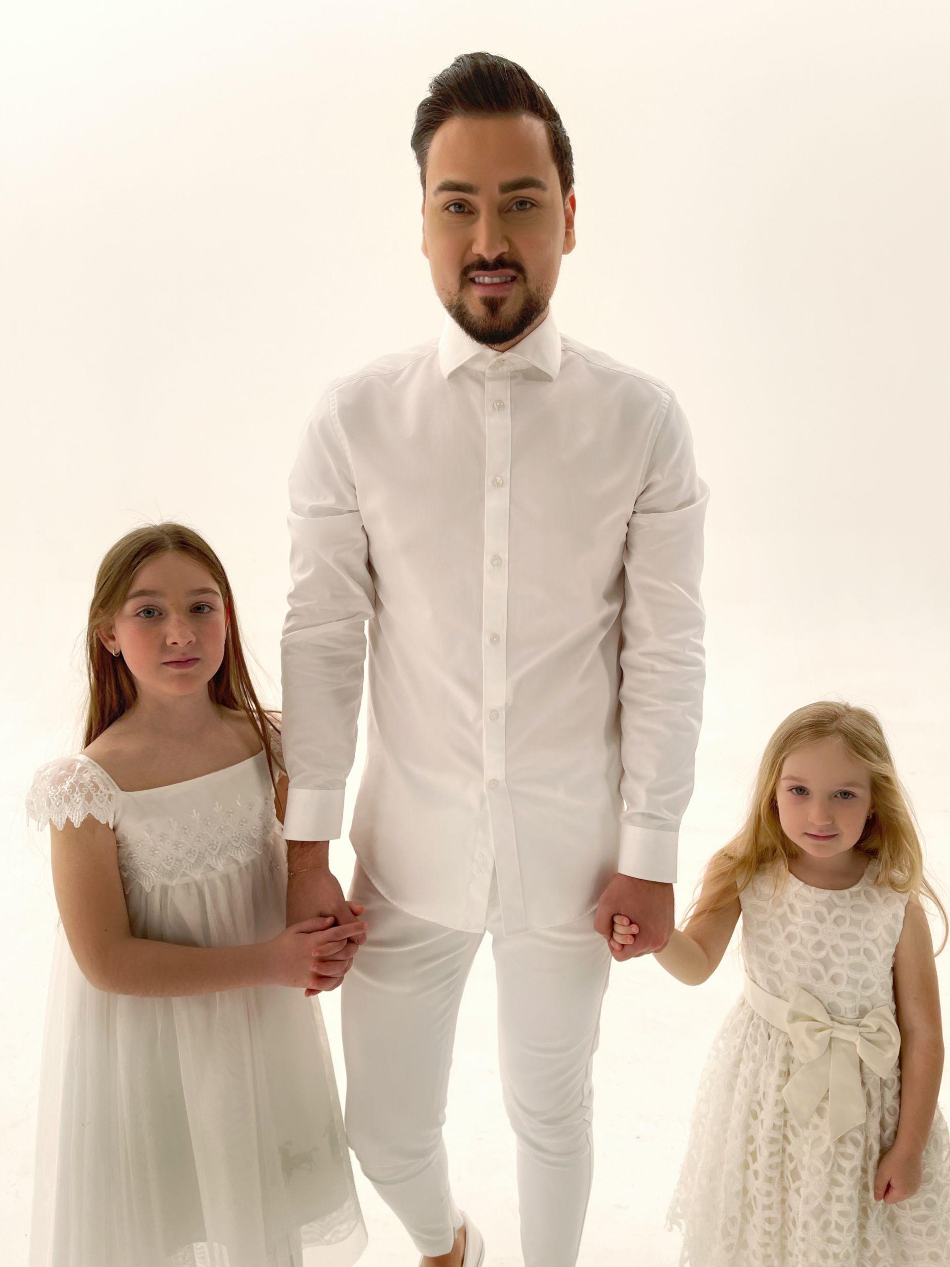 Георги с двете си племенници Грация и Микаела, които участват в клипа към песента