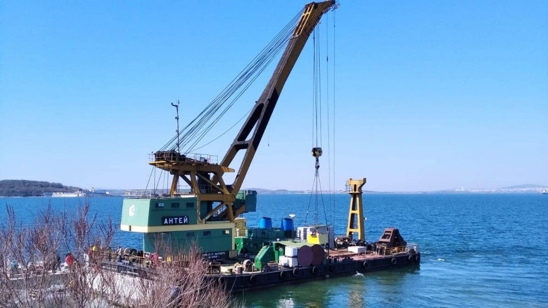 """Плаващ кран ще разширява акваторията на остров """"Света Анастасия"""" (снимки)"""