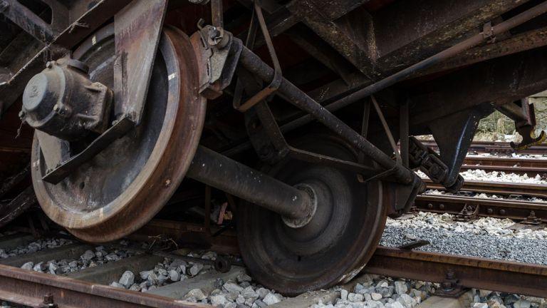 Влак дерайлира на гара Белово. Локомотивът и първият вагон на