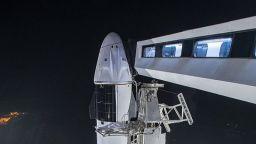 SpaceX изстреля повторно използвана ракета с астронавти на борда