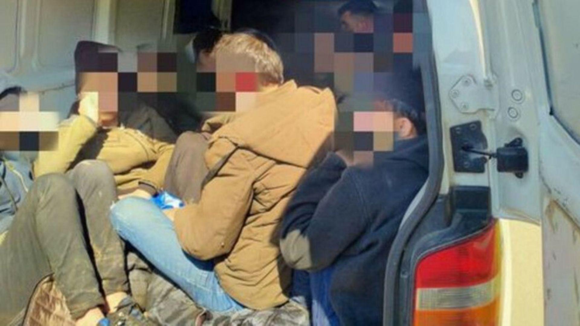 Задържаха фалшива инкасо кола с нелегални имигранти край Китен (снимки)