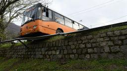 Мантинела спря автобус без шофьор на слизане от Боянския водопад (снимки)