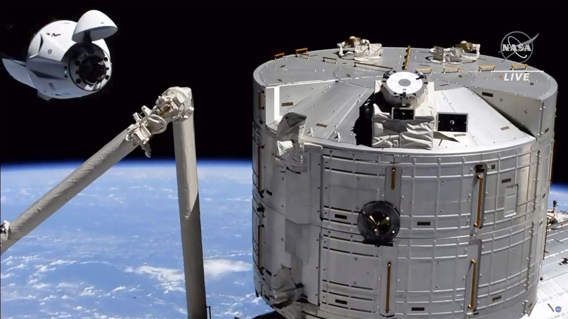 """Пилотираният кораб """"Дракон"""" на SpaceX се скачи с МКС (снимки)"""