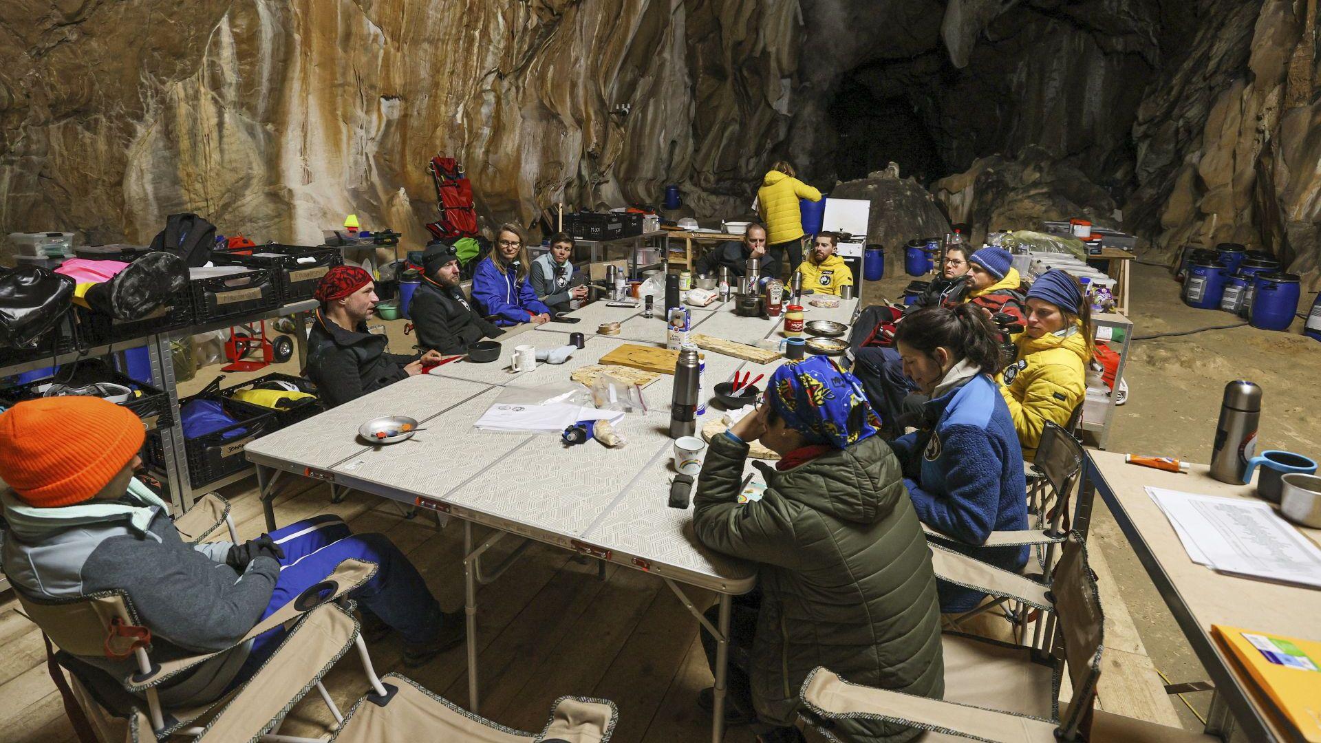 Приключи експериментът с 15 души, изолирани в пещера за 40 дни (снимки)