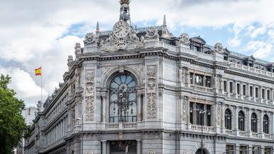Испанските банки уволняват 19 000 служители, скандал със заплатите на мениджърите