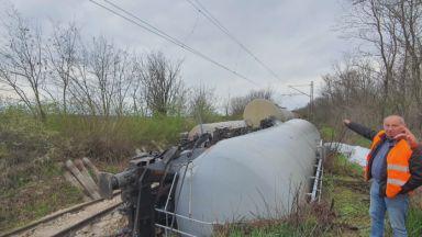Започна източването на горивото от дерайлиралите цистерни в Русенско