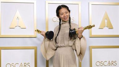 """В Китай посрещнаха сдържано и с цензура """"Оскар""""-ите на Клои Чжао"""