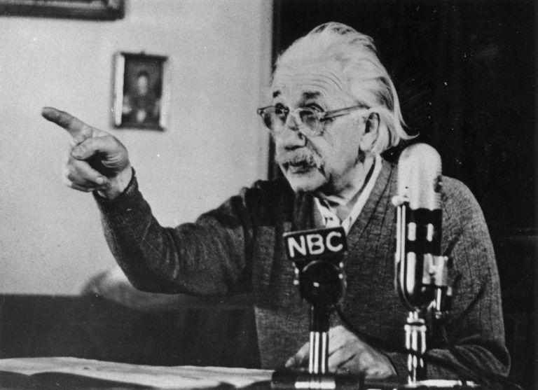 """17 февруари 1950 г. Алберт Айнщайн говори публично в седмичното предаване на Елинор Рузвелт по NBC  и предупреждава за """"общото унищожение"""", което ядрените оръжия могат да причинят"""