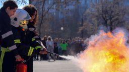 Пожарникари се включиха в тренировъчна евакуация в София (снимки)