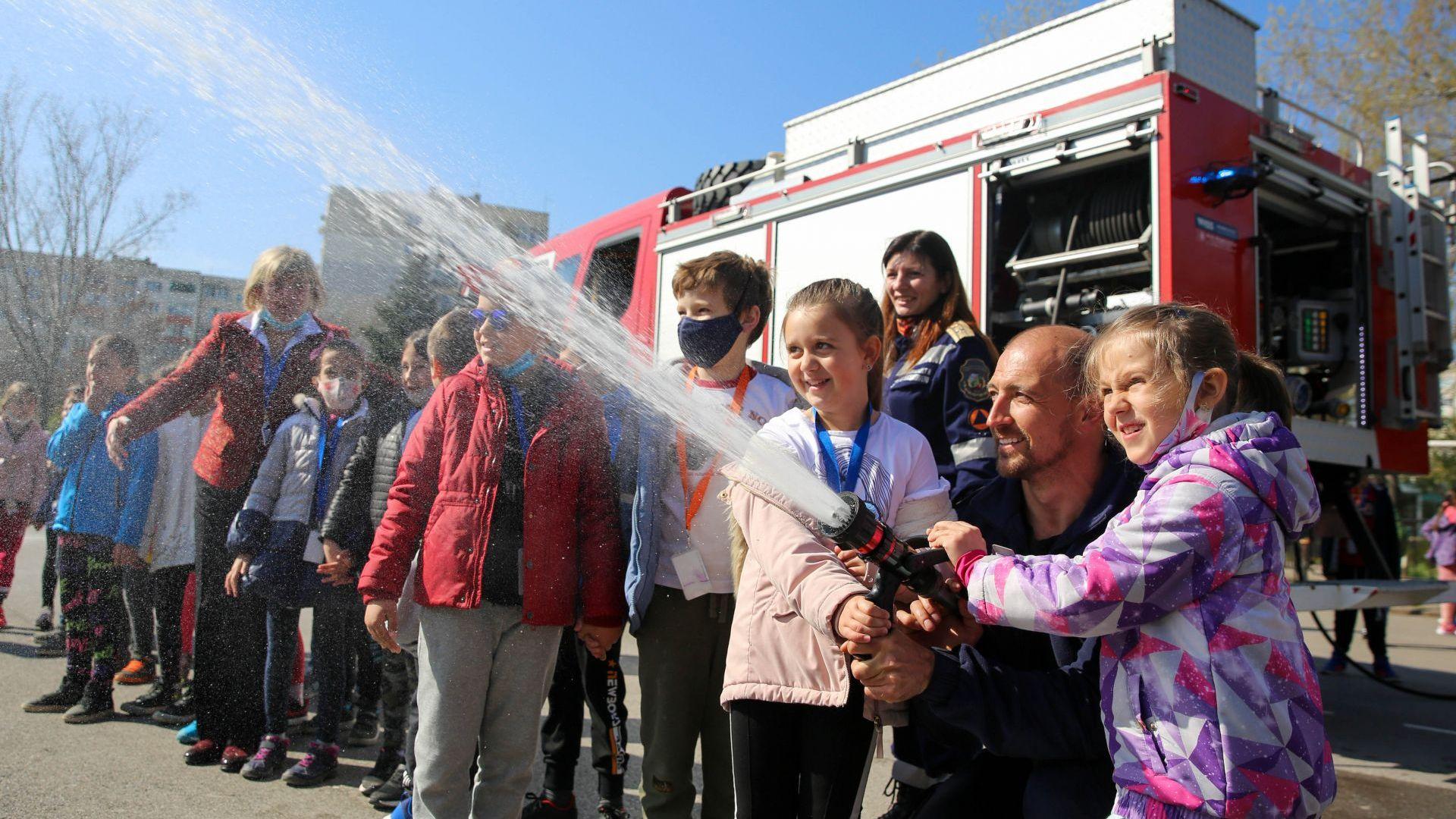 При друго упражнение ученик усети каква е силта на струята на водата, когато трябва да се гаси огън на разстояние