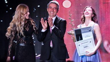 """17-годишната Лора Маркова с Наградата за Полет в Изкуството """"Стоян Камбарев"""" 2021"""