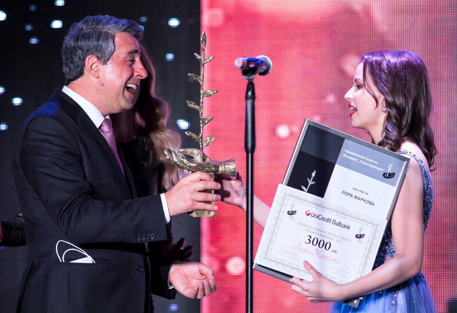 Президентът Росен Плевнелиев връчва Наградата за полет в Изкуството на Лора Маркова