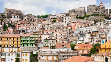 """Още един италиански град продава къщи за €1: Къде са уловките в схемите """"Casa €1"""""""
