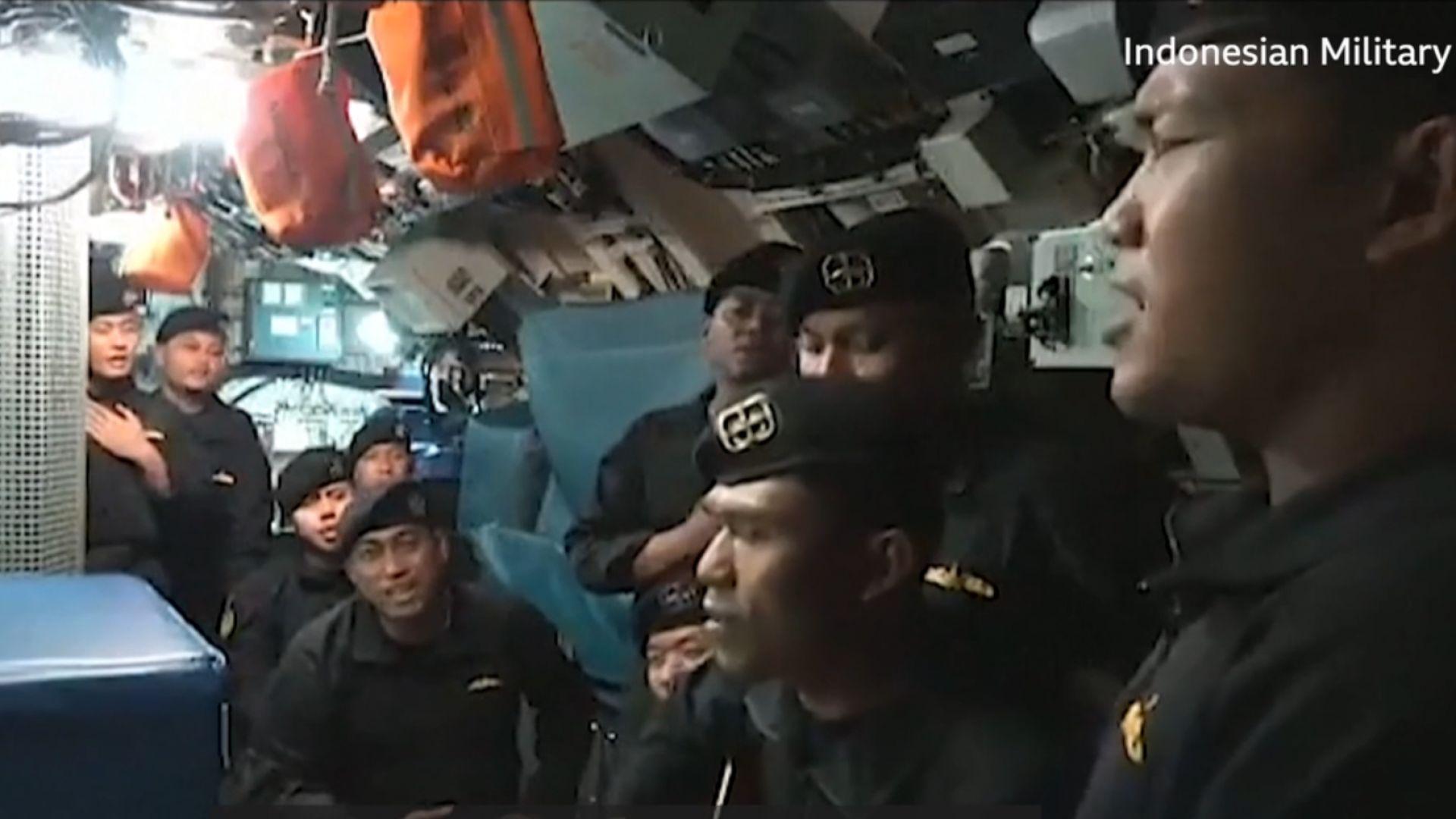 Пуснаха трогателно видео с екипажа на потъналата подводница, който пее индонезийски хит (видео)