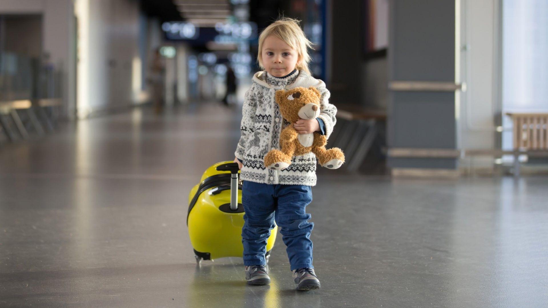 7 забавления за малко дете в самолет (които не включват телефон)