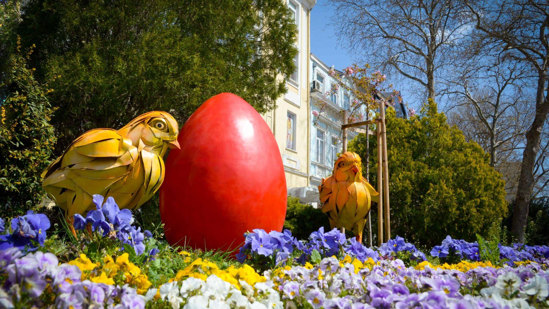 Огромни великденски яйца и пилета украсяват Варна