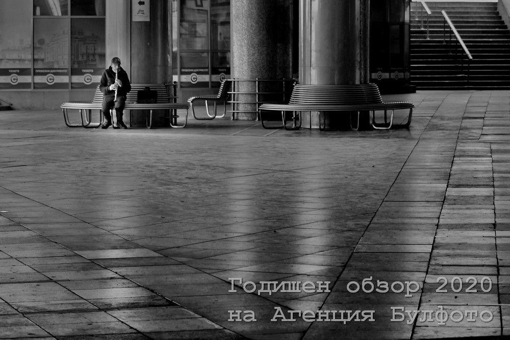 Самотен музикант свири в празния подлез под Софийския университет. Много артисти загубиха препитанието си по време на епидемията.