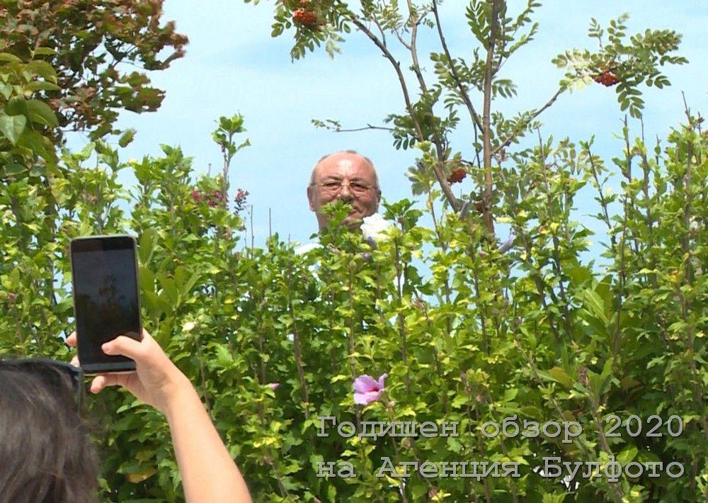 Почетният председател на ДПС Ахмед Доган посреща протестиращи зад храстите в резиденцията си в парка Росенец.