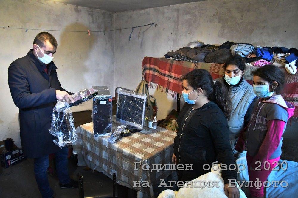 """Доброволци инсталират комплект за дистанционно обучение в дома на многодетно семейство в Костинбродско. Инициативата е на компютърния специалист Виктор Пенев, който организира """"верига на доброто"""" за дарения и ремонти."""