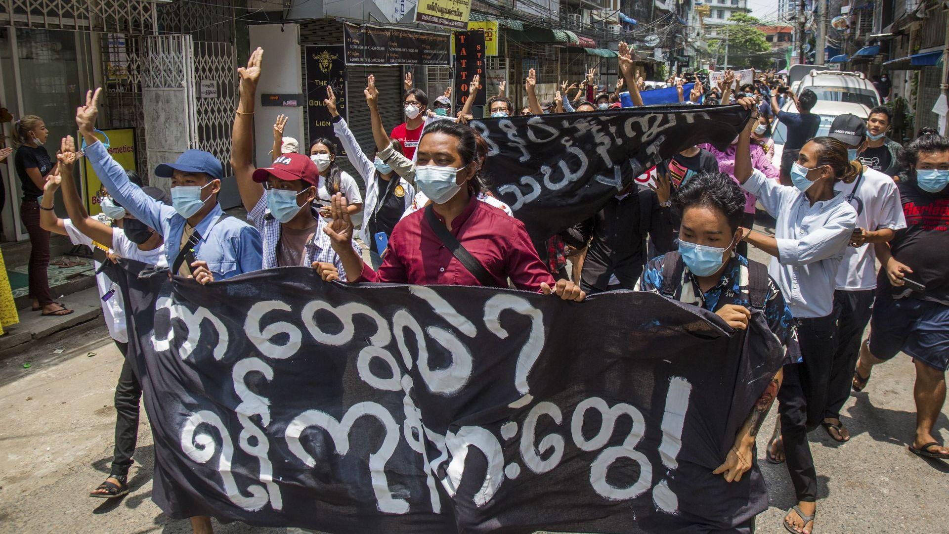 Продължават масовите протести в Мианма срещу споразумението между хунтата и АСЕАН (снимки)