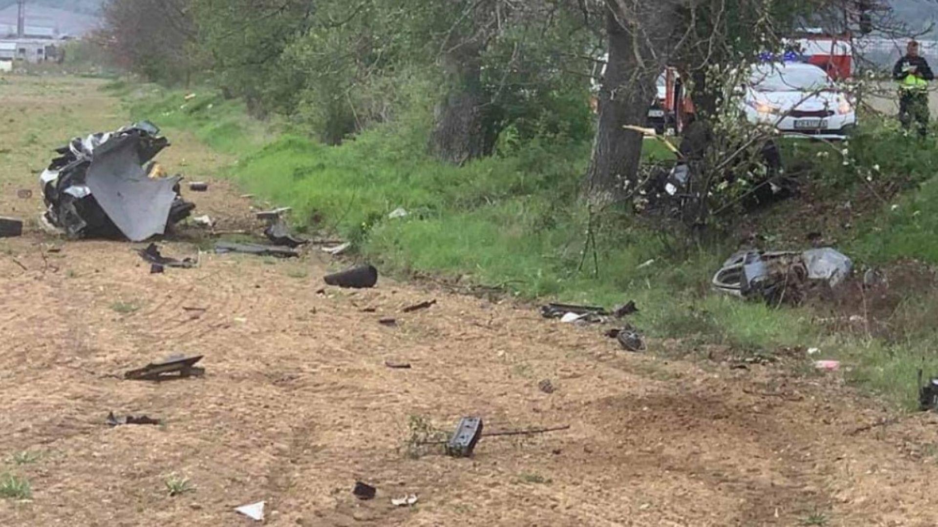 Шофьор загина след удар в дърво, колата е разпиляна на части из нива