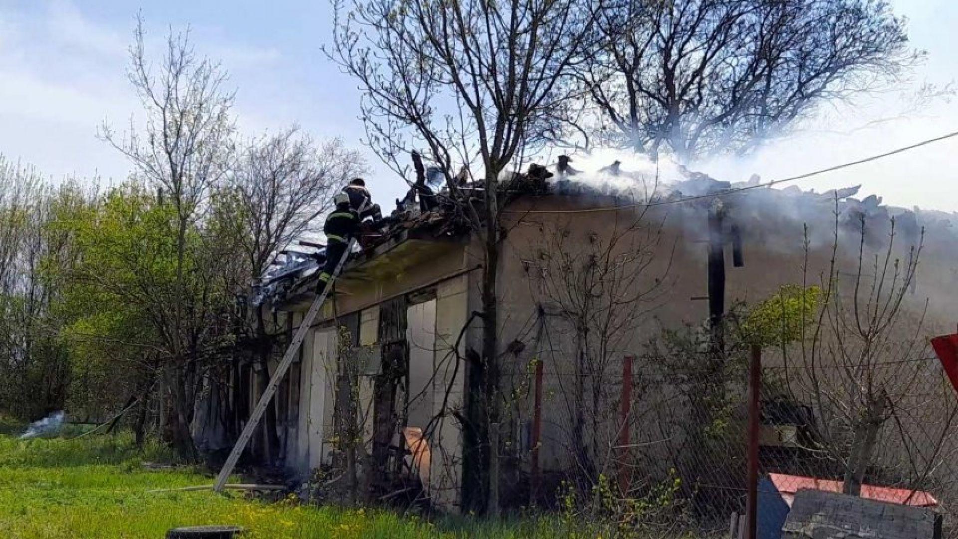 Голям пожар избухна край склад за авточасти в Бургас (видео)