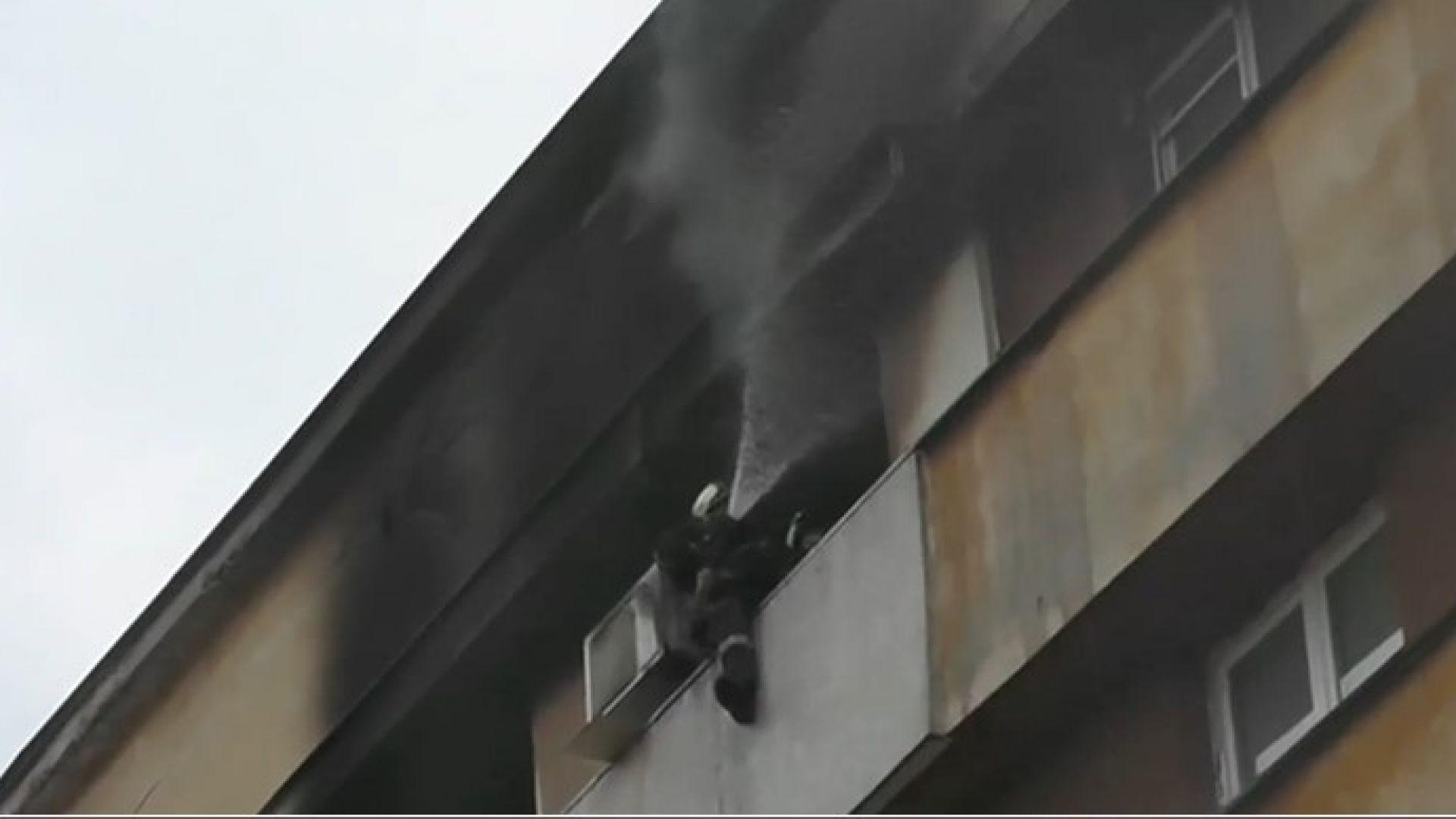 Психично нестабилен мъж подпали апартамент, още двама пострадаха