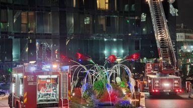 Пожар и евакуация в столичен хотел, огнеборец и гост са леко пострадали (снимки)