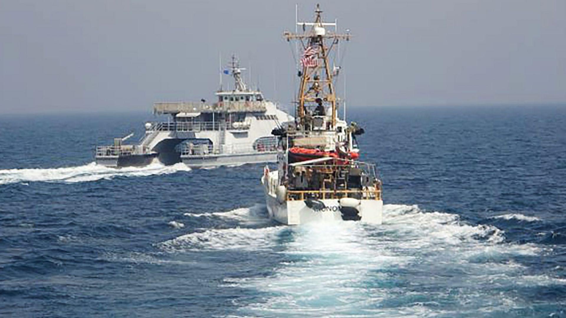 Военен кораб на САЩ произведе предупредителни изстрели срещу доближили го ирански съдове