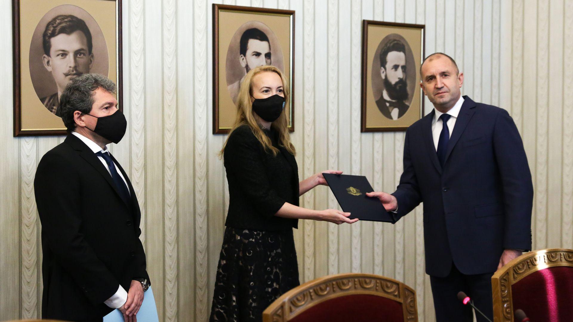 """Антоанета Стефанова върна на президента мандата на """"Има такъв народ"""" (видео)"""