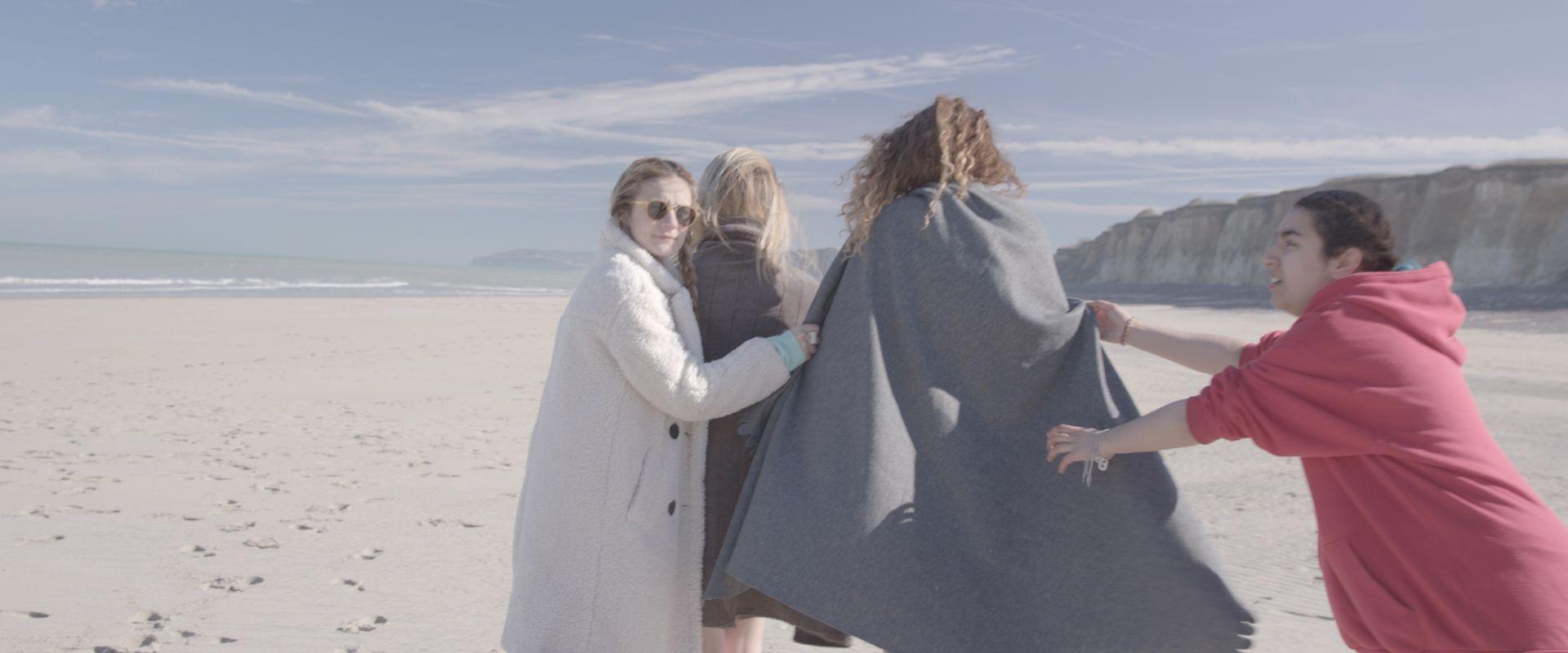 Росица Траянова (вляво с бялото палто) по време на снимки