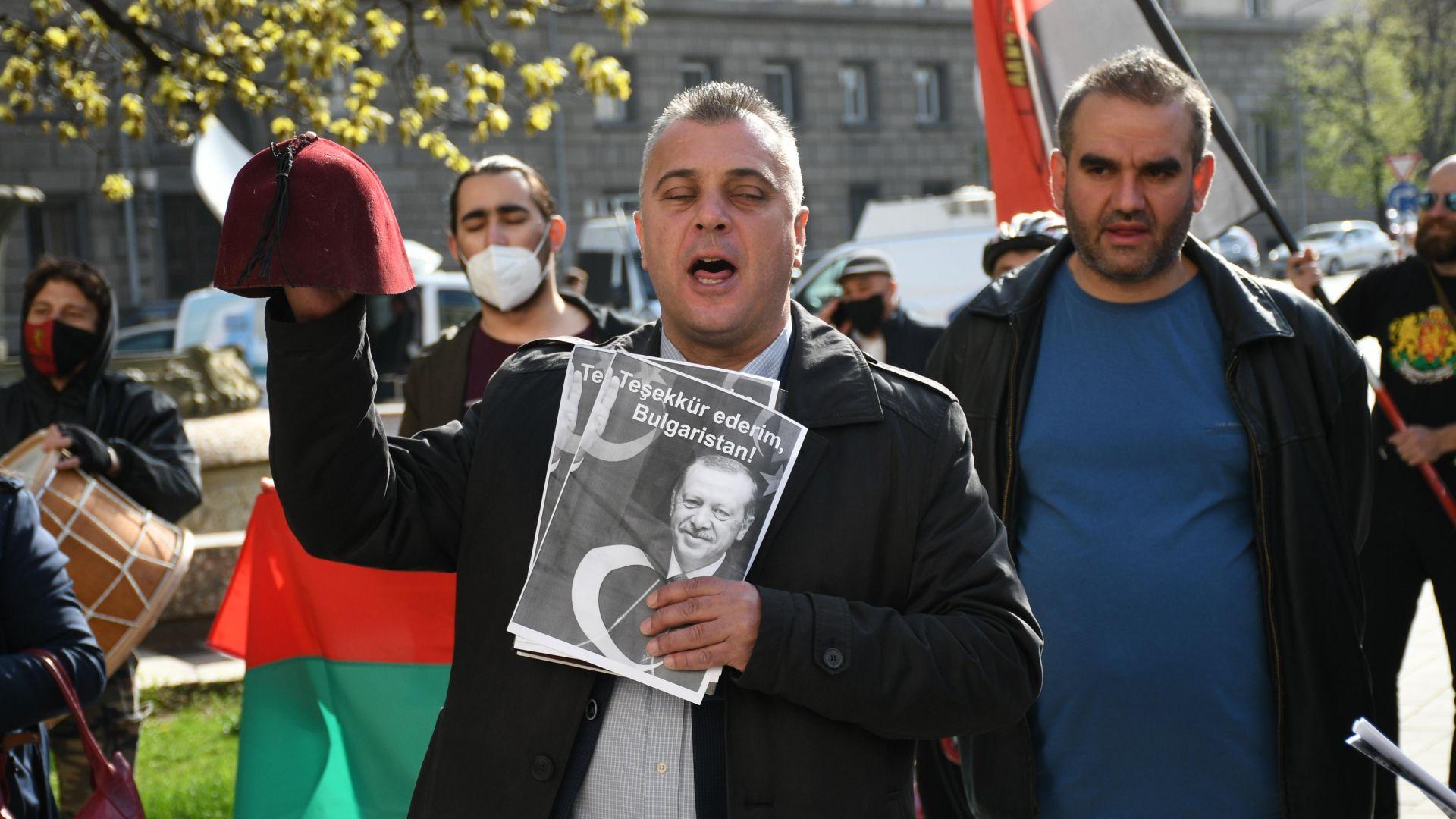 Протестиращи от ВМРО сложиха скъсан фес на главата на Тошко Йорданов (снимки)