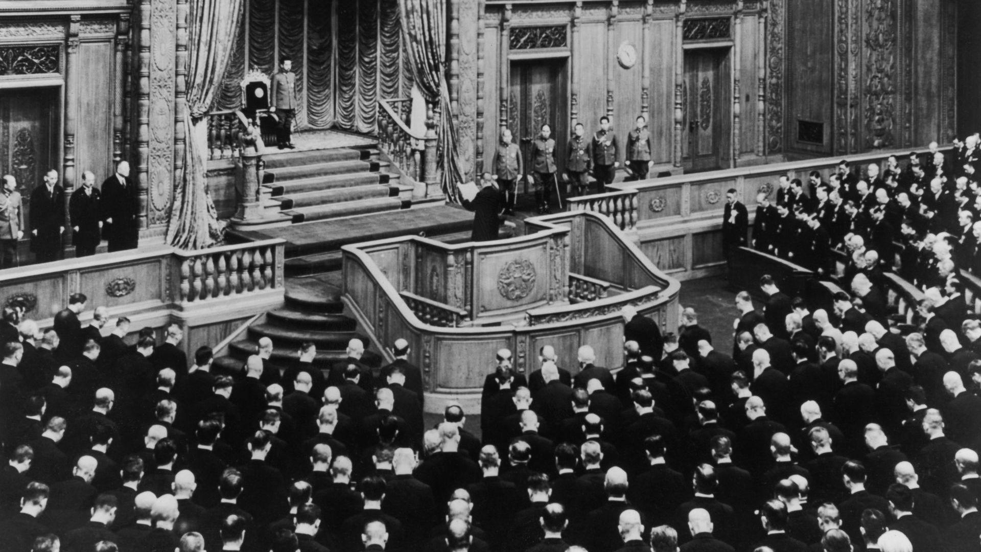Император Хирохито слуша обръщение, прочетено от японския премиер по време на честванията на 50-годишнината на японския парламент