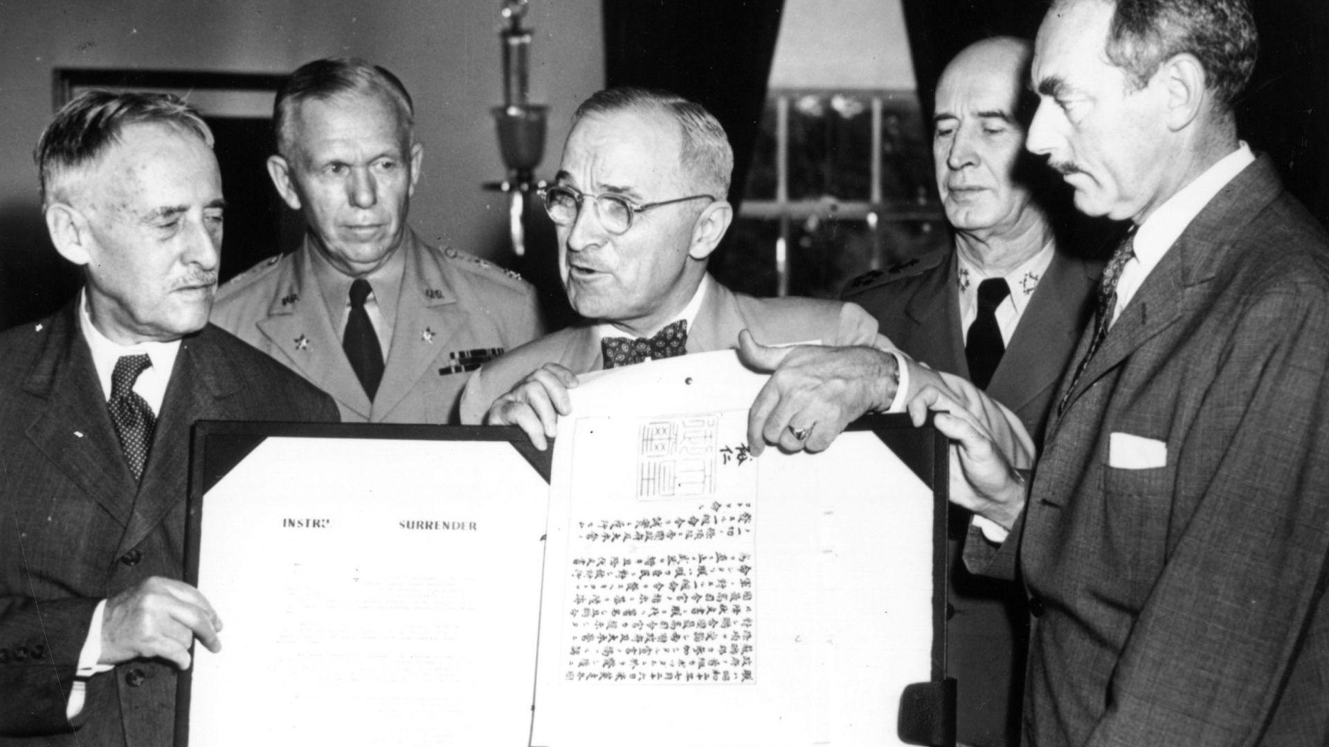 Президентът Хари Труман държи официалния японски документ за капитулация, подписан от император Хирохито