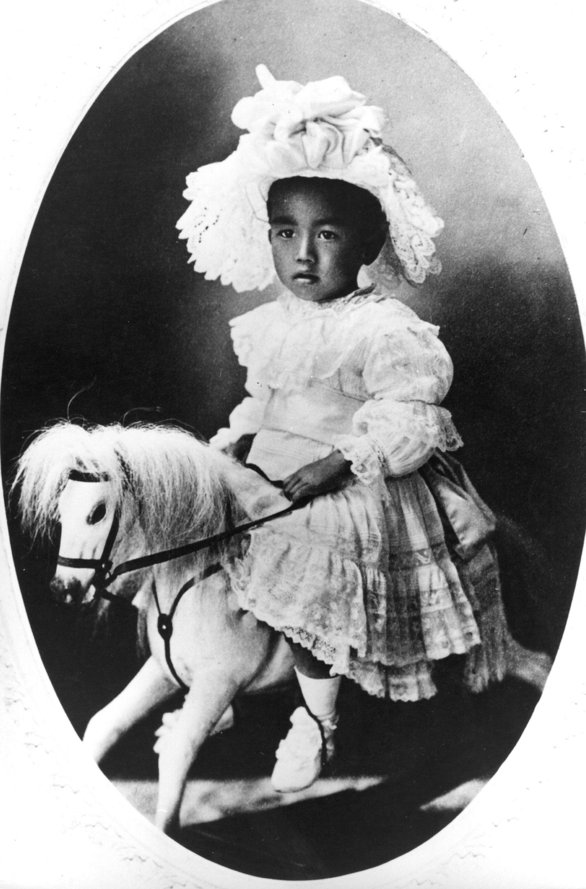 Император Хирохито като малко дете (на три години), возещ се на своя люлеещ се кон