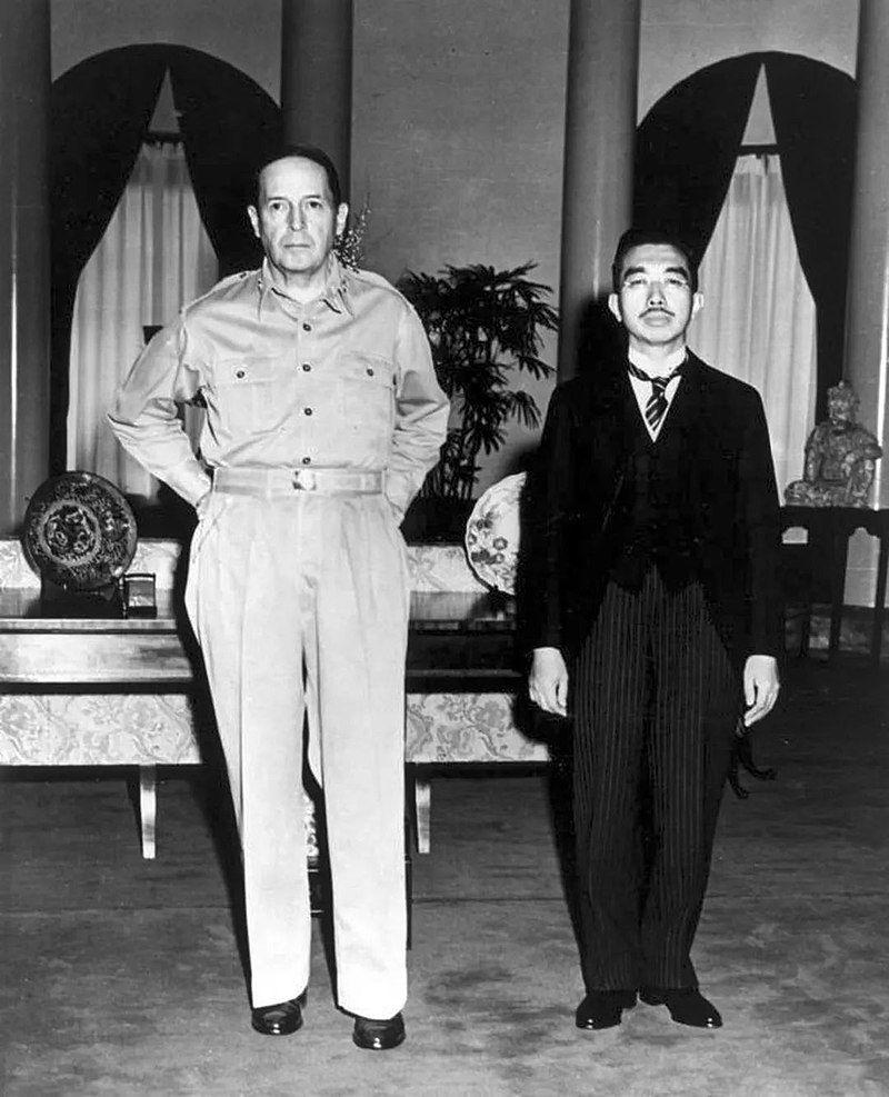 Генерал Макартър и император Хорихито