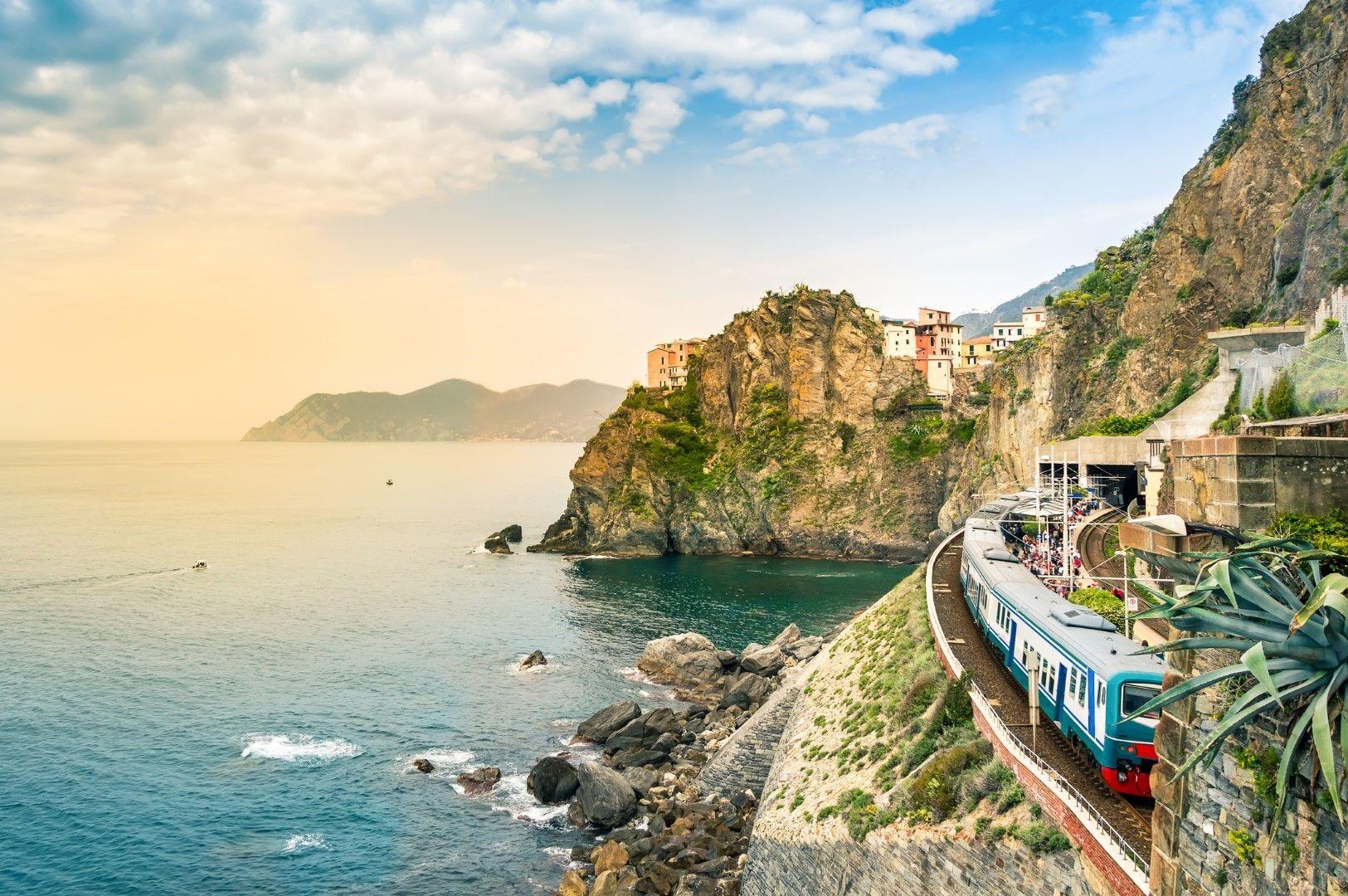 Влакът през Чинкуе Тере, Италия, се движи предимно в тунел