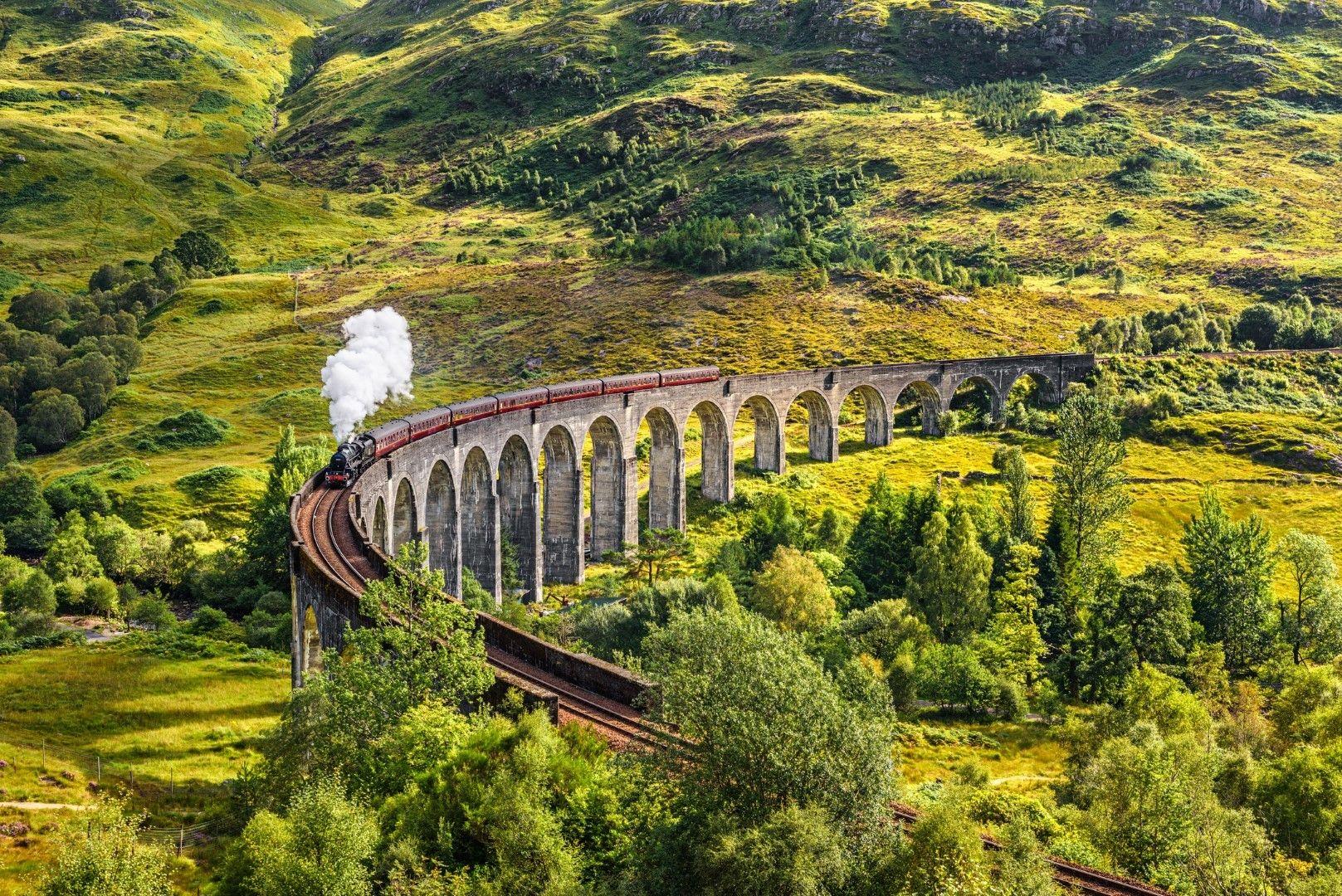 Виадуктът Гленфинан в Шотландия с атракционен парен локомотив