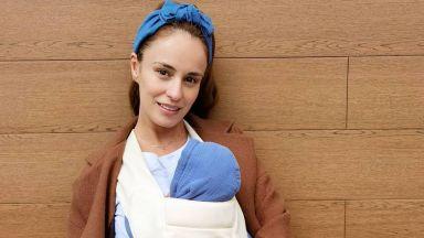 Радина Кърджилова се наслаждава на възможността да носи бебето си в слинг
