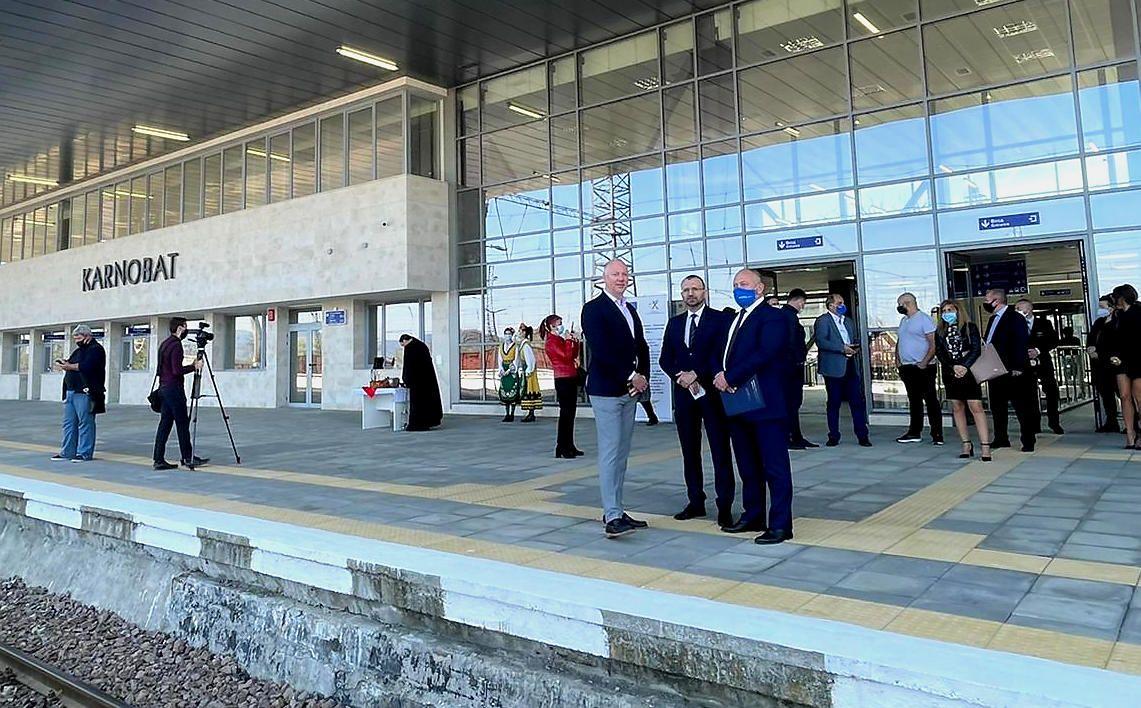 Министърът на транспорта в оставка Росен Желязков откри днес обновената жп гара Карнобат