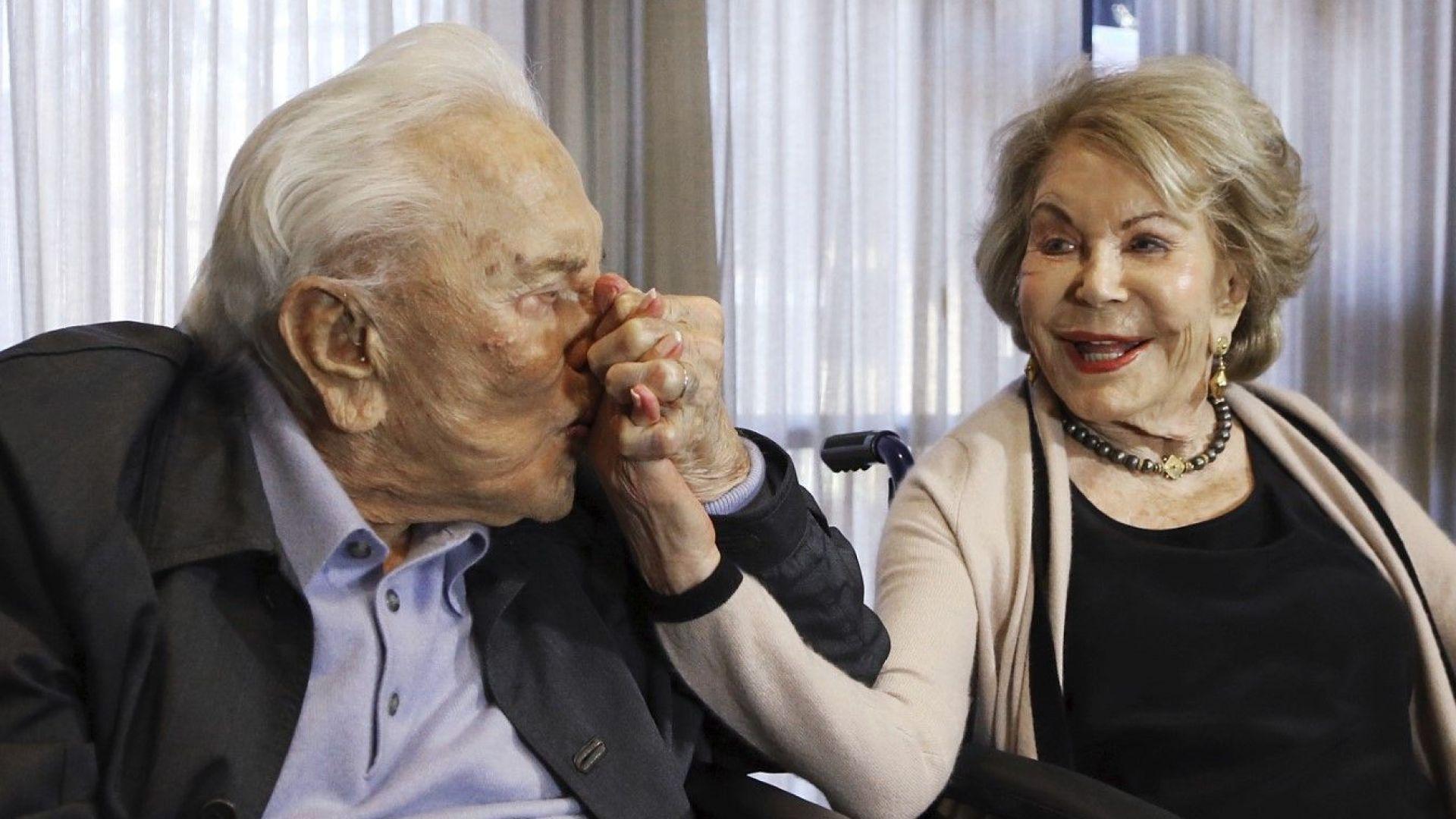 Ан Дъглас, вдовицата на Кърк Дъглас, почина на 102 години