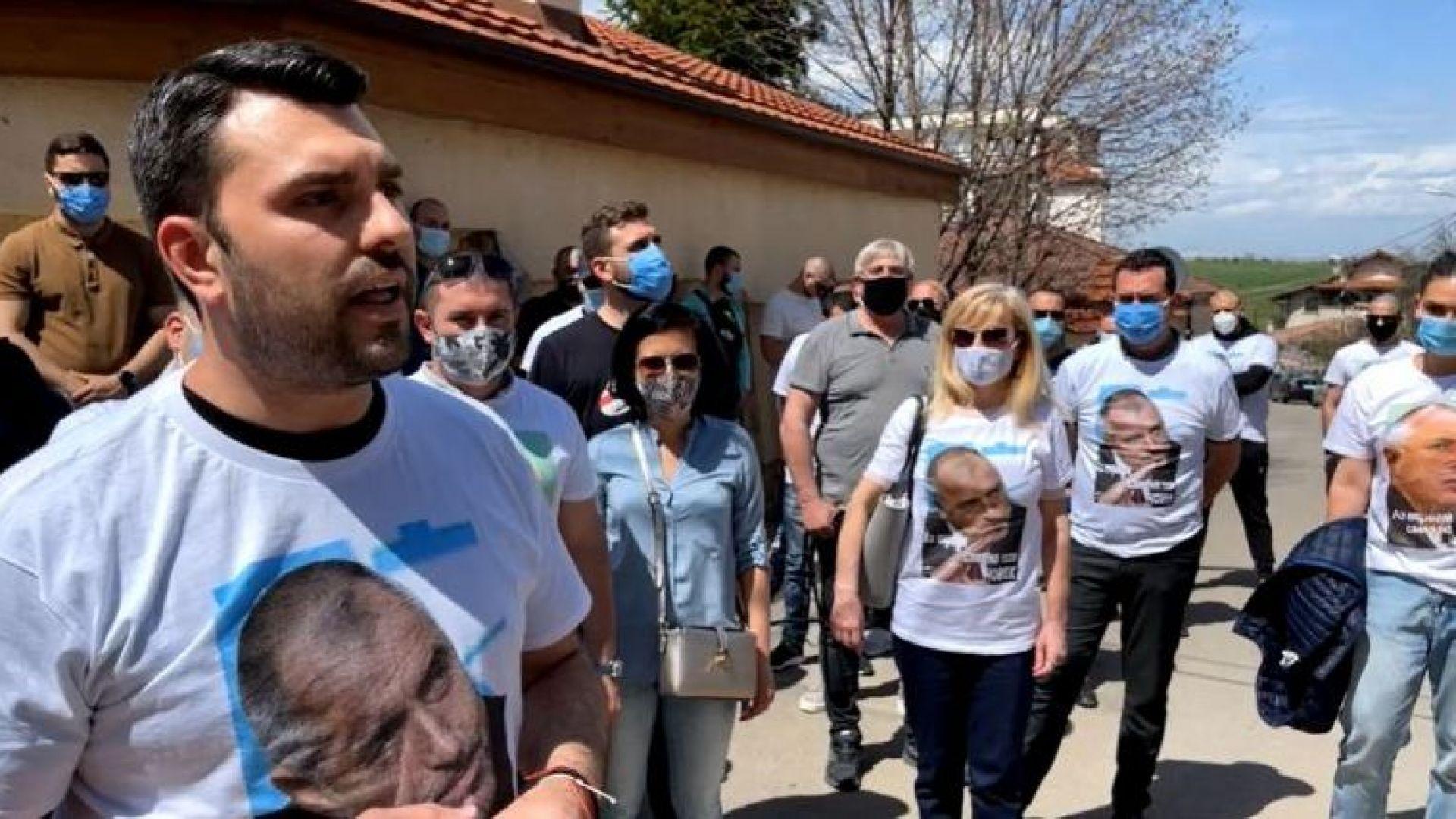 Жива верига брани дома на Борисов от Ренета Инджова и отец Дионисий (видео)